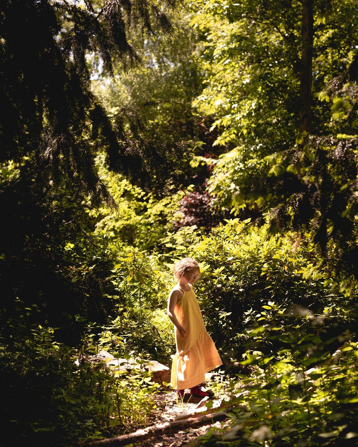 Jaaaah daar is die zomer eindelijk. Jeetje, voor mijn gevoel hebben de zonnige dagen nog nooit zo lang op zich laten wachten. Al die regen was wel even fijn voor de natuur, minder goed voor mijn state of mind. We kijken niet meer terug, alleen nogmaar uit naar de komende zomer. Eindelijk eindelijk eindelijk konden deze week de zomerjurkjes korte broekjes en dunne shirtjes uit de kast. Wat een rijkdom. Zonder zware jas, laagjes van vesten en lange mouwen. Gewoon wat lichte luchtige kleding aanslingeren lichte zomerschoenen en sandalen of gewoon blote voeten. En de deur zorgeloos achter je dicht trekken. Deze dagen zijn de kleertjes die we gekregen hebben van @all_gems_organic_kidswear echt favoriet vooral de lange gele jurk is populair bij de meisjes. En eindelijk zijn de geschikte temperaturen aangebroken om het aan te kunnen trekken. Feest! Door de zon voelen we ons 10 kilo lichter. Zowel kwa aankleding als mentaal. Dit was nodig. Het bos in, het water op, de velden in en de natuur in. Onvoorstelbaar hoeveel mooier de wereld ineens lijkt als de zon schijnt en alle kleuren van de lente je begroeten. Met dit klimaat zijn onze kinderen ook liever voor elkaar, minder gekibbel, gewoon lekker samen spelen. Minder in elkaars vaarwater. En als ik ze zo zie spelen en zorgen voor en met elkaar ontploft mijn hart. Wat heb ik toch een enorme mazzel met zulke mooie kleine vrouwen in mijn leven. Het is grappig hoe iedereen direct bij de eerste zonnestralen de natuur in trekt. We hebben het als mensen gewoon nodig die natuur, dat voel je aan alles in je lijf, de connectie is gewoon nodig om weer op te laden en te ontspannen. Onvoorstelbaar dat niet meer mensen zich dan zorgen maken en er harder aan trekken om deze planeet en onze natuur te beschermen denk ik op die momenten. Ben jij ook al heerlijk de natuur in gedoken deze week? Waar ben je geweest om op te laden? ⋒